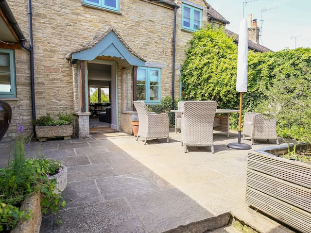 FAIRVIEW COTTAGE, character holiday cottage in Burford, Ref 988704