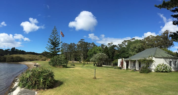 Clendon Lodge Homestead - Waterfront & boat ramp