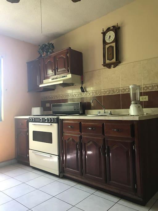 Cocina-estufa, refrigerador y micro exclusivos de los huéspedes