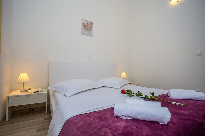 Bed,Furniture,Room,Bedroom,Indoors