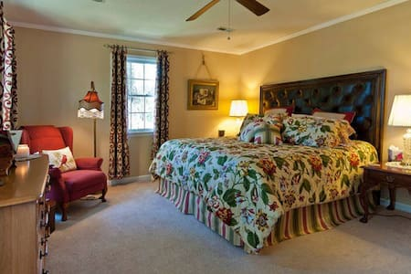 Comfy King-Size Bed in Simple Beauty - Ooltewah - Penzion (B&B)