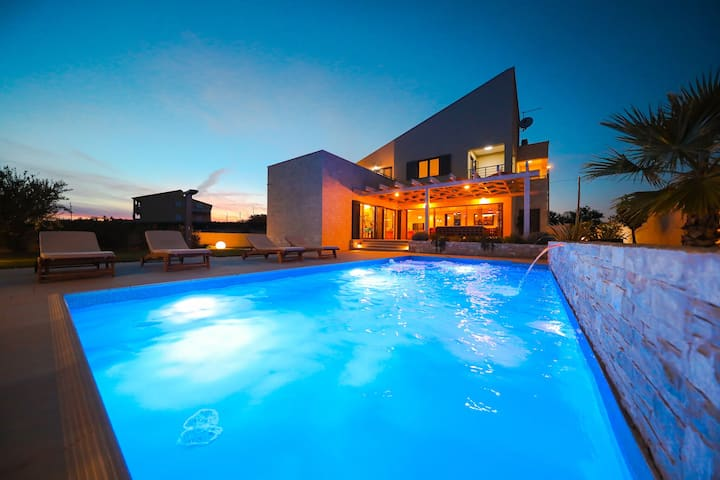 Splendid villa with private, heatable pool, big roofed terrace, outdoor kitchen