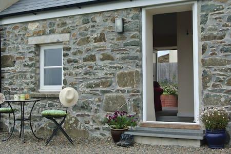 Dairy Cottage. Warm, comfortable character cottage - Saint Davids