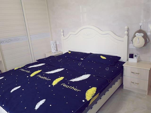 舒适的大床让你拥有好梦。温馨的床头柜、双电源插让你充电不烦恼