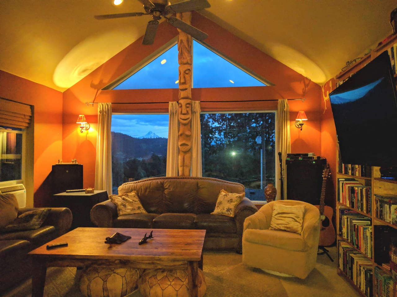 Super comfortable living room with views of Mt. Hood & lots of board games and books (and a TV with Netflix & Amazon Prime included)