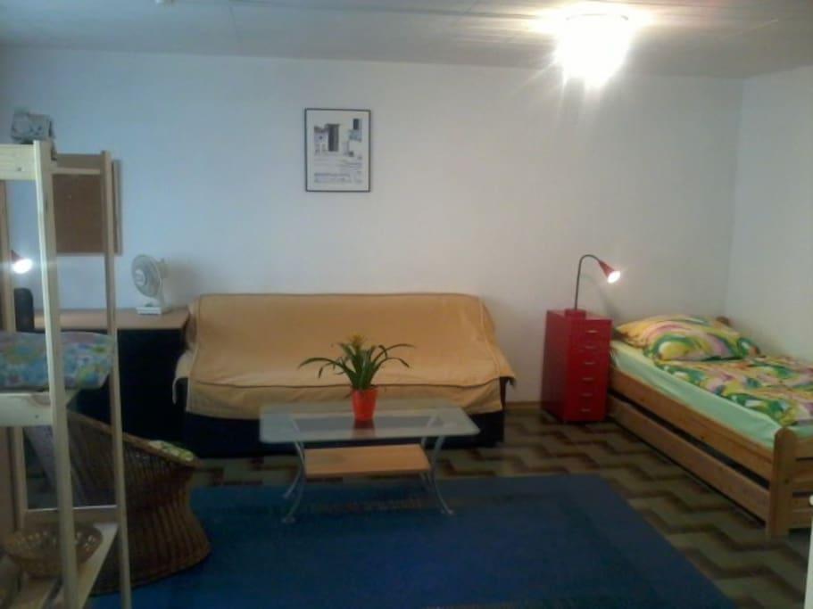 Der Wohn- und Schlafraum - wahlweise mit 1 o. 2 Betten (und Sofa für eine kleinere Person)