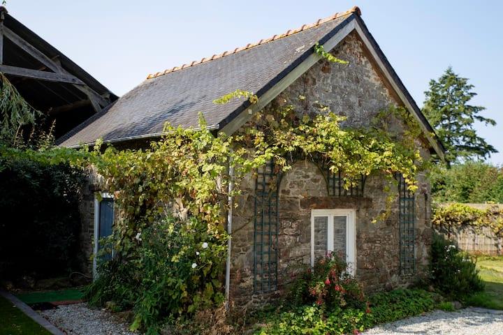 """""""les Cailloux"""" sur le site d'une longère bretonne"""