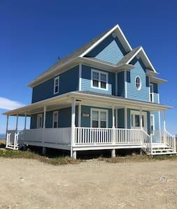 Chalet sur bord de mer / Beach front cottage