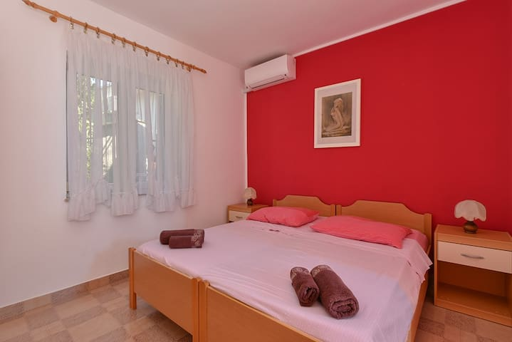 Airconditioned room with WiFi close to the centre