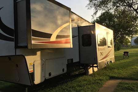 Clean RV Living on 2 Acres for Business or Casual - Midlothian - Camping-car/caravane