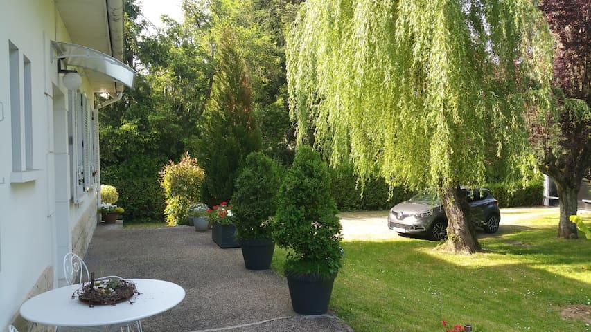 Chambre dans villa proche du centre de Vichy - Bellerive-sur-Allier - Townhouse