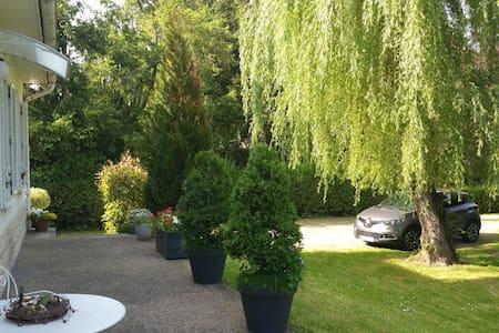 Chambre dans villa proche du centre de Vichy - Bellerive-sur-Allier - ที่พักพร้อมอาหารเช้า