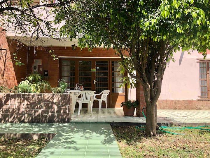 Casa con patio en perfecta ubicación.
