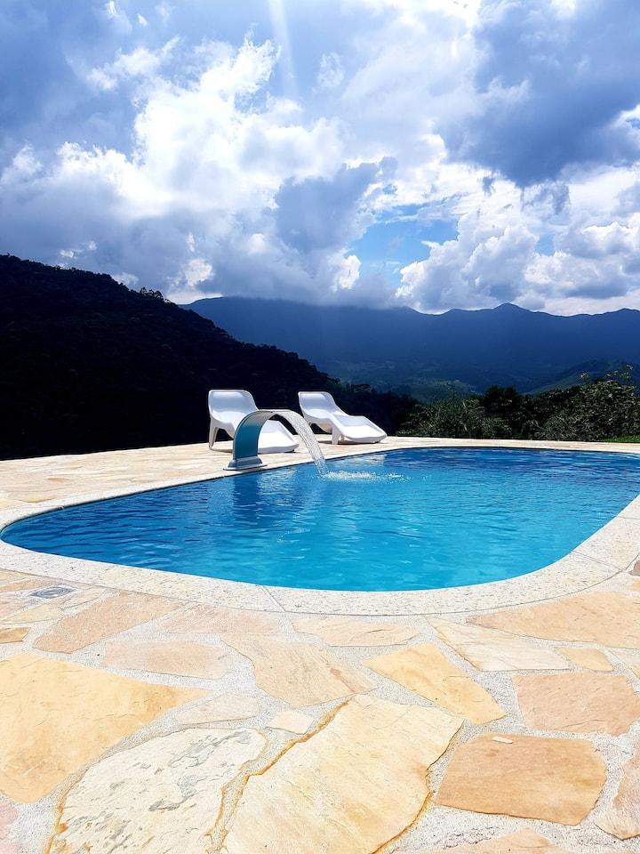 Casa com piscina uma vista linda, conforto, wi-fi