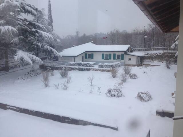 La casa, con le due stanze, che affittiamo con la neve