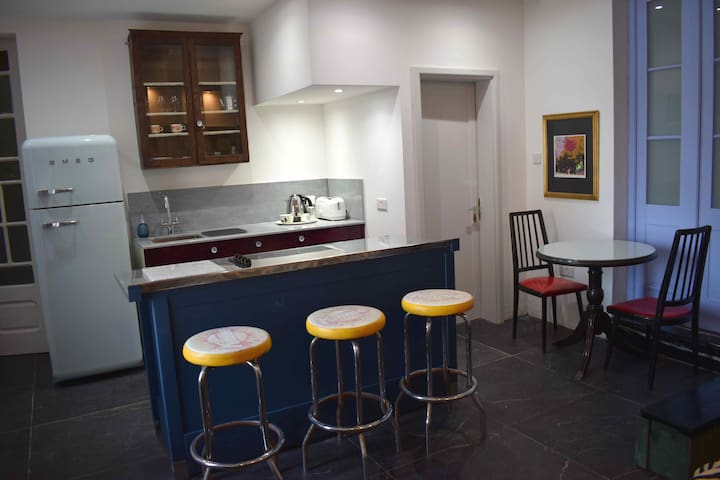 Fully Fitted Kitchen with Breakfast Bar