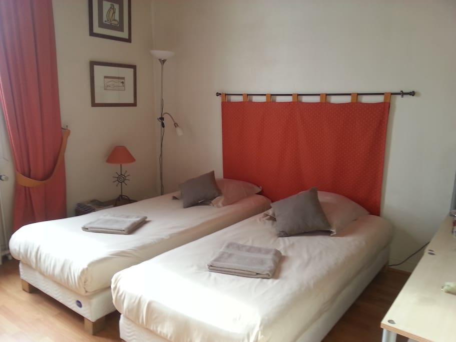 La chambre peut être transformée en couchage séparé pour deux personnes