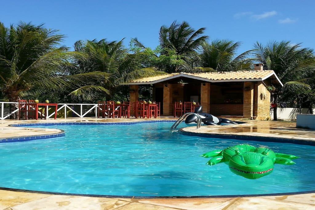 piscina com cadeiras para banho de sol