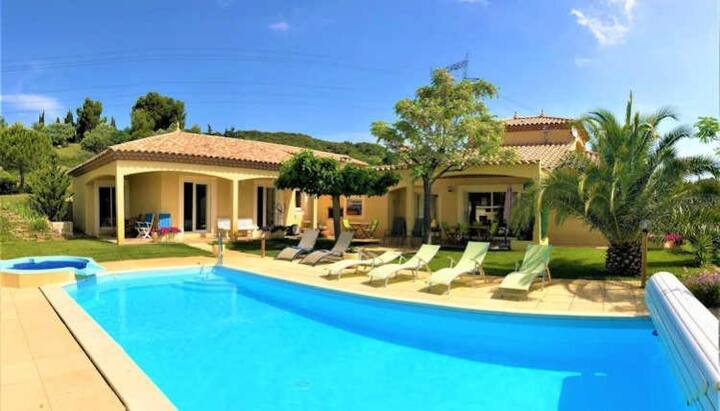 Fantastic Villa with Garden, Pool & Jacuzzi