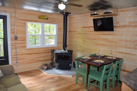 Dog & Kid Friendly, 2BR, 1.5 mi to Old Man's Cave!