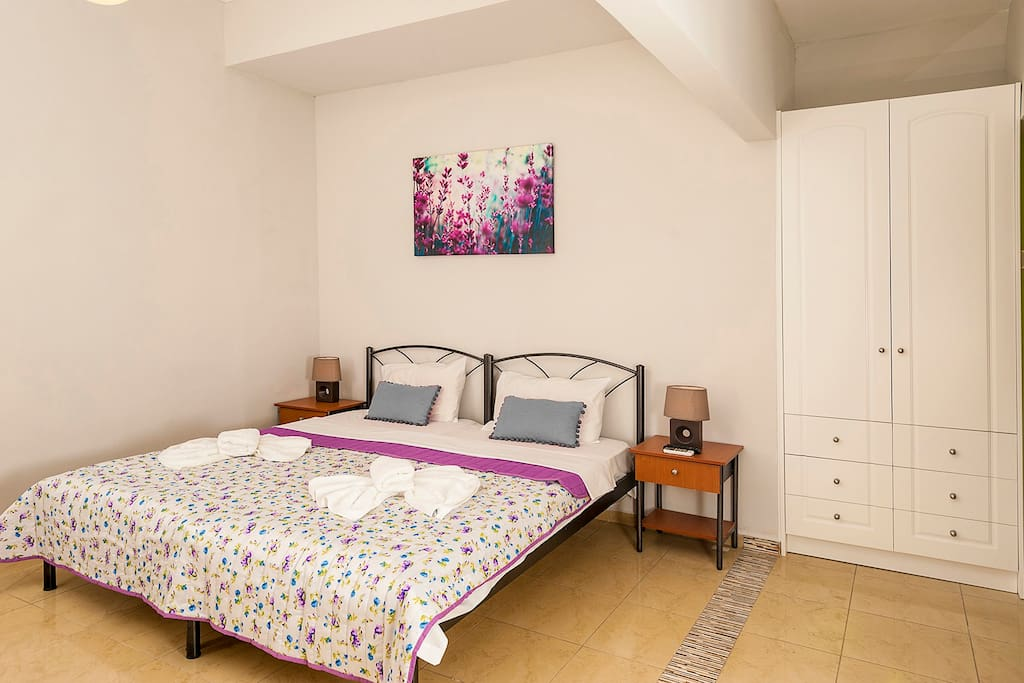 Luxury Ground floor Apartment with  twin bedroom , kitchen  and yard!!!