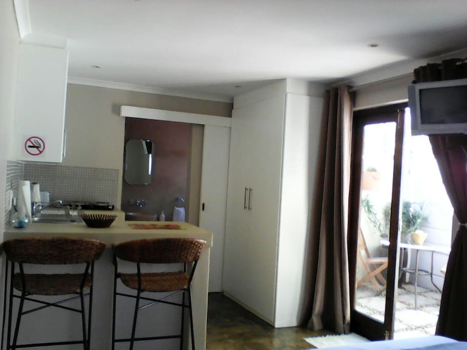 Kitchenette and courtyard