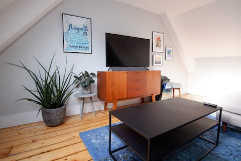 Cozy, private studio in historic East Side home