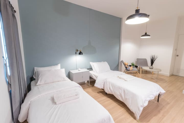 New modern loft style room 15 mins from Airport