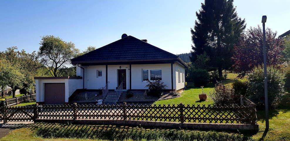Ferienhaus mit sky Sport, WLAN und großem Garten