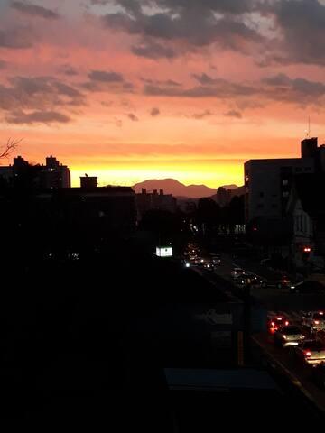 Aprecie essa vista incrível da Serra Dona Francisca ao entardecer