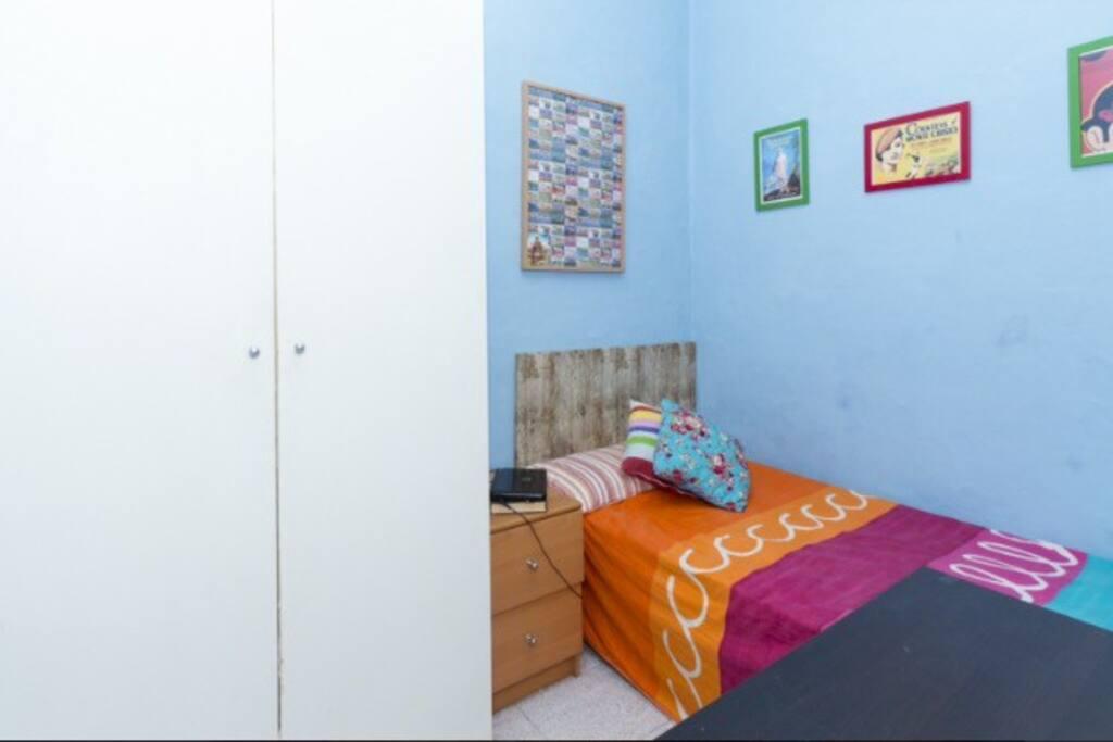 Habitaci n peque a pisos enteros en alquiler en for Habitacion barcelona
