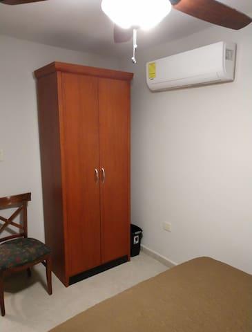 La recámara cuenta con minisplit y ventilador de techo, cuenta con una pequeña ventana.