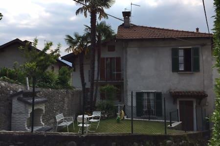 Casa indipendente con giardino in borgo - Griante