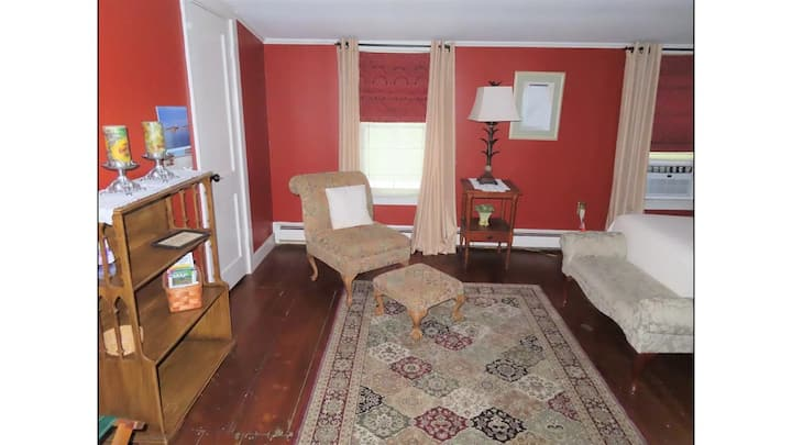 Charming private suite on quiet street near park
