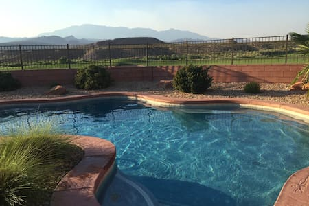 Private Pool & Putting Green on Golf Course! - Washington - House