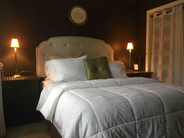 Queen size comfortable bed & Hall private bath,