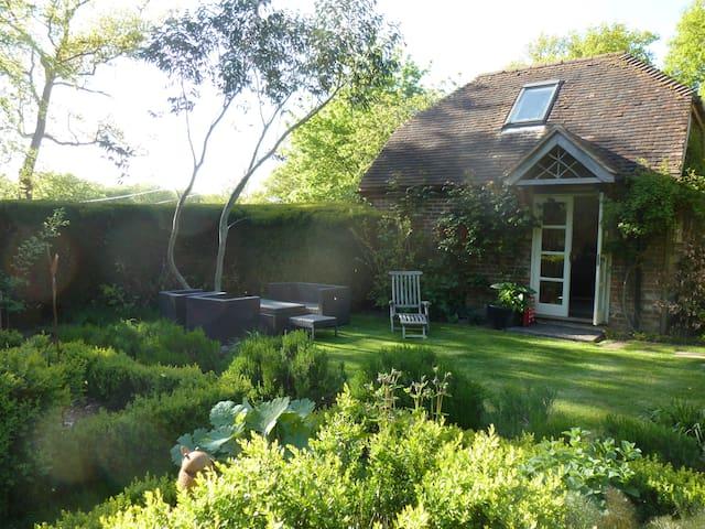 Cosy Garden Cottage near Petersfield sleeps upto 5 - Froxfield - Almhütte