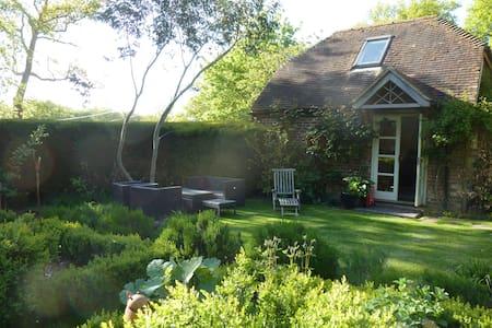 Cosy Garden Cottage near Petersfield sleeps upto 5 - Froxfield