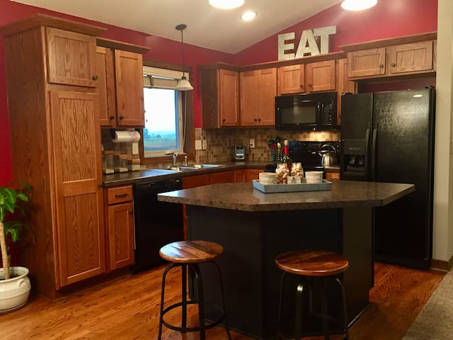 Rochester Royalty: Entire Home - 2BD, 2BA