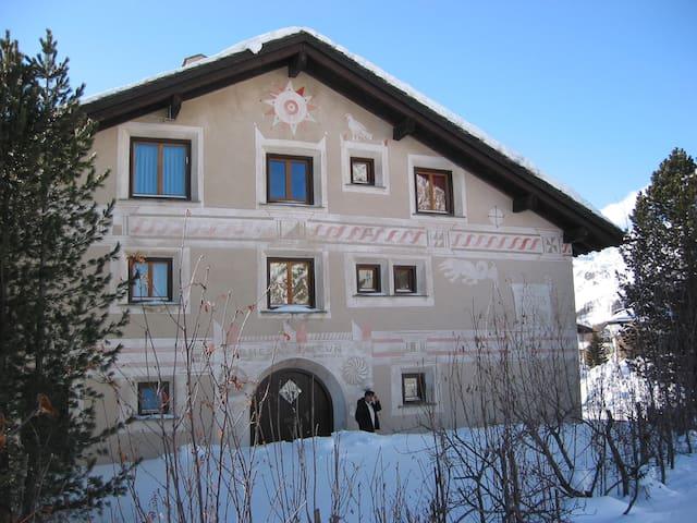 Chesa Falcun, ein typisches Engadinerhaus