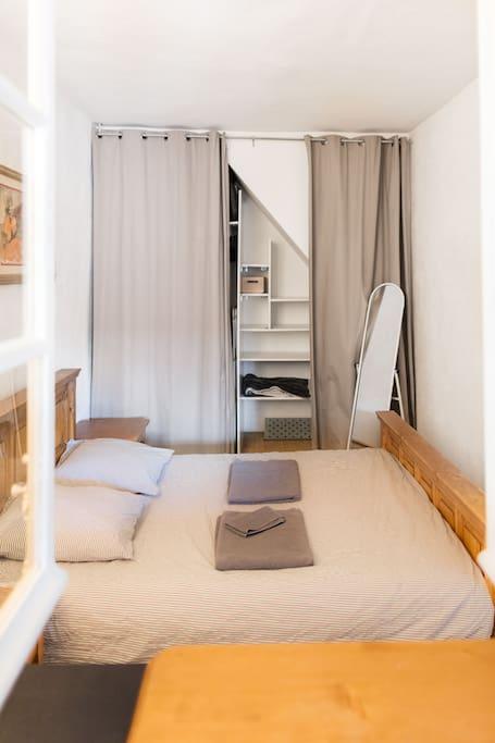 Chambre fonctionnelle, nombreux rangements, literie confortable, draps et  serviettes fournies