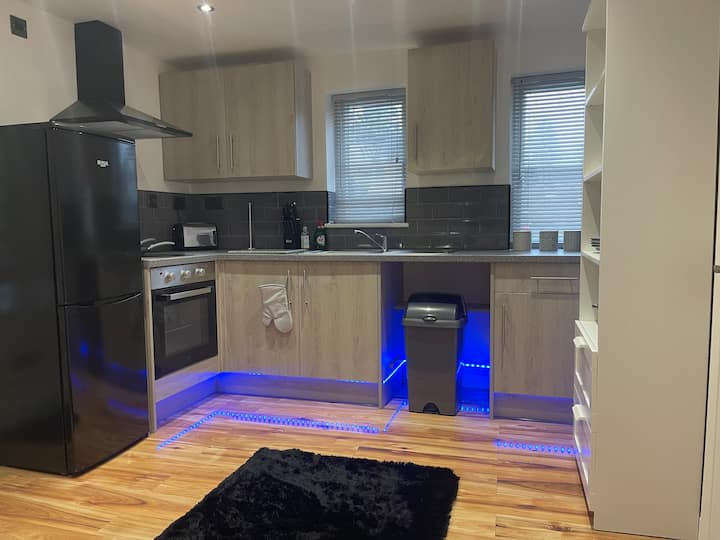 Stunning  2 bed apartment close to  the Airport
