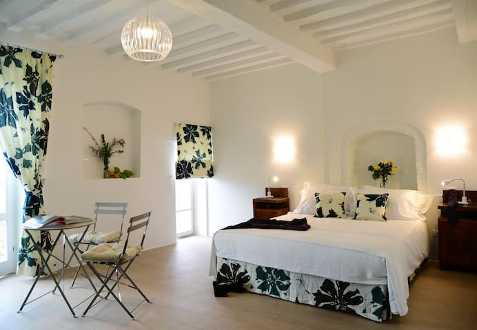 Pieve Suites-Mid: chic studio with rural views