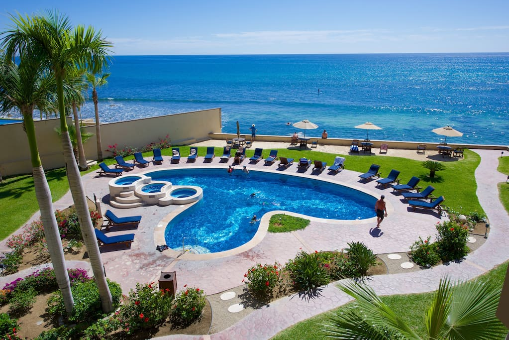 Beach front pool in Las Olas with three Jacuzzis