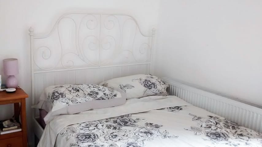 Double bed in private room cheap comfy & near tube