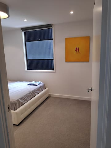 Large Queen room, 5 minutes from the CBD:)