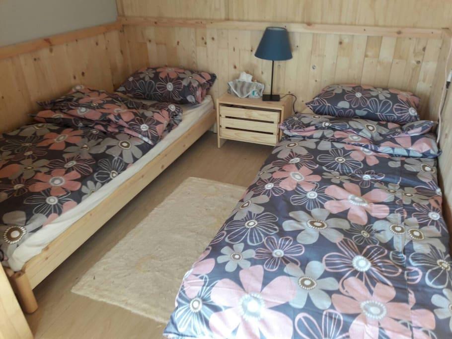充滿浪漫色彩的棉被套和枕頭套,當您把燈源關掉後,睡在伸手不見五指的房間內,一早醒來絕對可以讓您消除一天的疲勞。