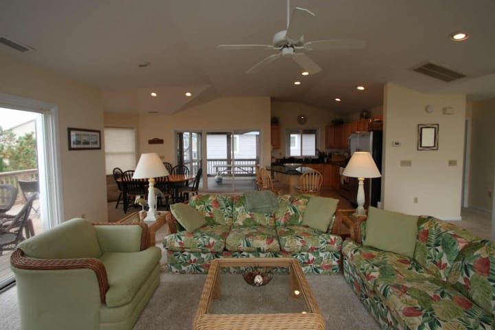 Ocean Block, Spacious and Beautifully Appointed, 3 Decks Sleeping Up to 12 w/Free Golf and More!
