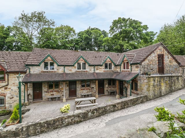 THE SHIPPON, pet friendly, with a garden in Llangollen, Ref 906210