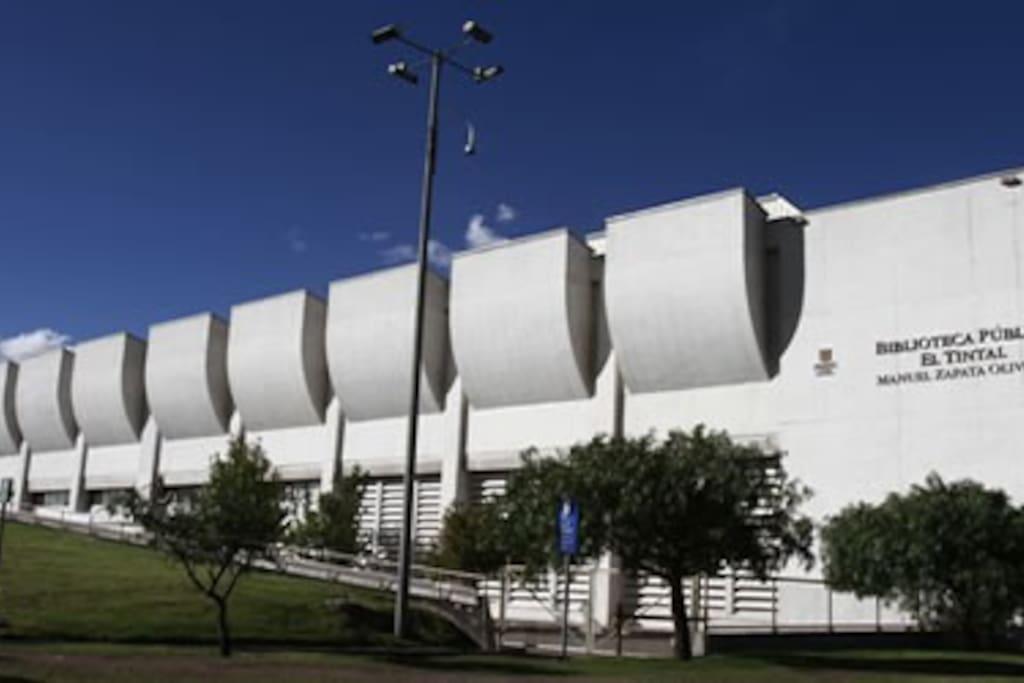 Biblioteca Publica El Tintal, a diez minutos del lugar de residencia.